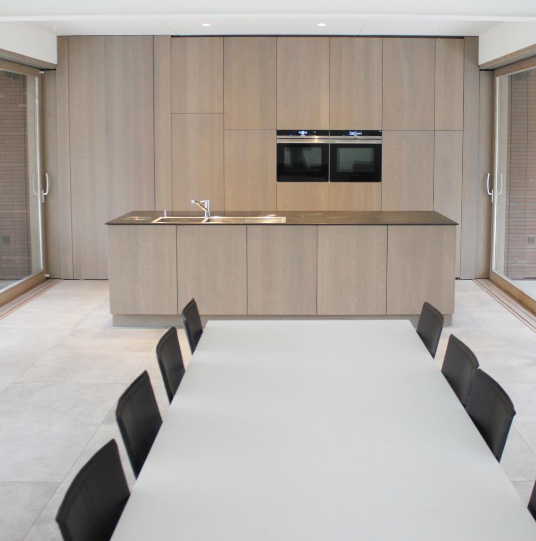 keuken front met tafel